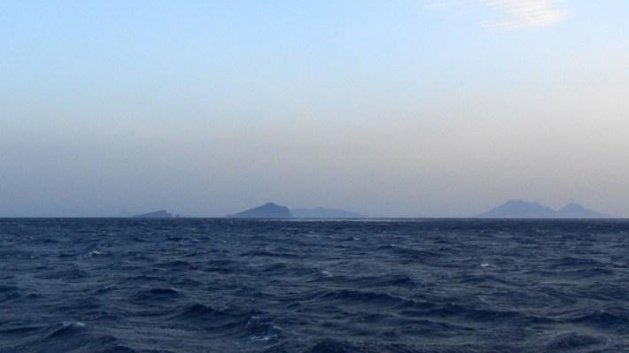 Vistas desde la Sciara del fuoco de Stromboli a sus hermanas Islas Eolias, Sicilia (Italia)