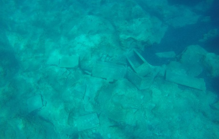 Antiguos Sarcófagos, frente a la isla de Sapientza, Methoni (Grecia)