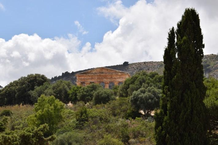 Vista del Templo griego desde la entrada al yacimiento arqueológico, Segesta, Sicilia (Italia)