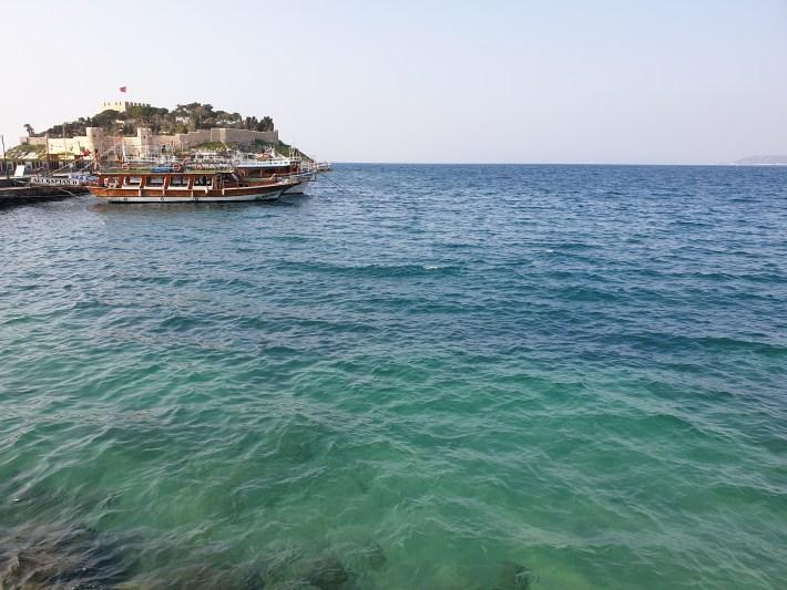 Castillo y los barcos de las excursiones delante, Kusadasi (Turquía)