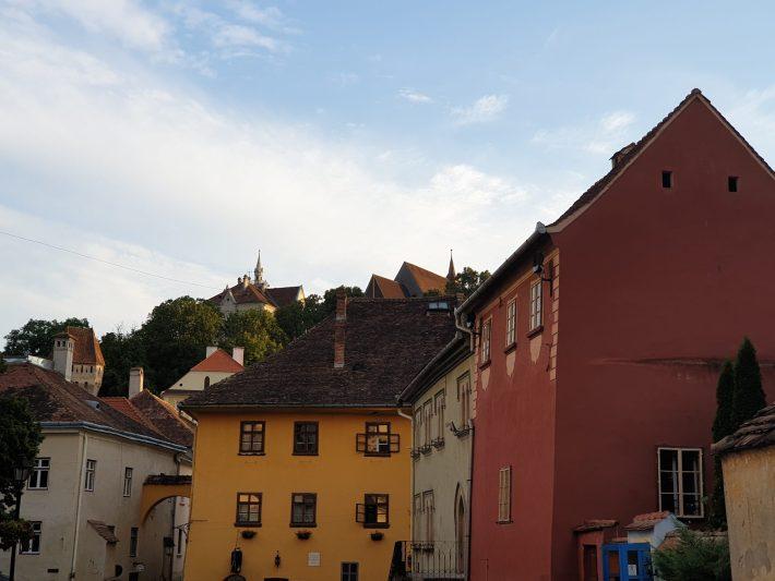 La fachada de color amarillo es la casa de Vlad Tepes, Sighisoara (Rumanía)
