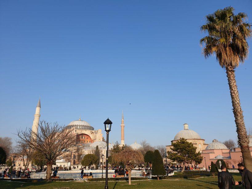 Vistas de la Basílica de Santa Sofía y a su derecha Ayasofia Hürrem Sultan Hamami, Estambul (Turquía)
