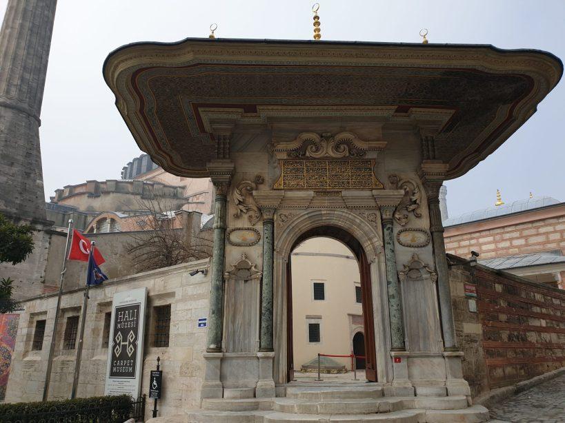 El espectacular Portal barroco de entrada al Museo de las Alfombras, frente al Palacio Topkapi y detras de la Basílica de Santa Sofía, Estambul (Turquía)