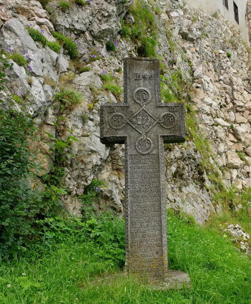 Cruz en los exteriores del Castillo de Bran (Transilvania, Rumanía)
