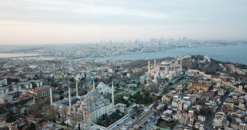 Foto que hicimos con nuestro drone sobrevolando la zona de Sultanahmed donde resalta la Mezquita Azul y la Basílica de Santa Sofía, Estambul (Turquía)
