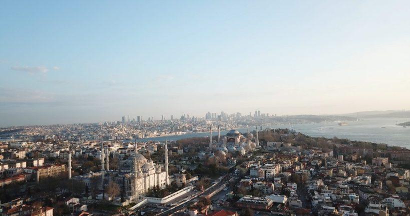 Sultanahmed, vistas en primer plano de la Mezquita Azul, frente a ella la Basílica de Santa Sofía, Estambul (Turquía)