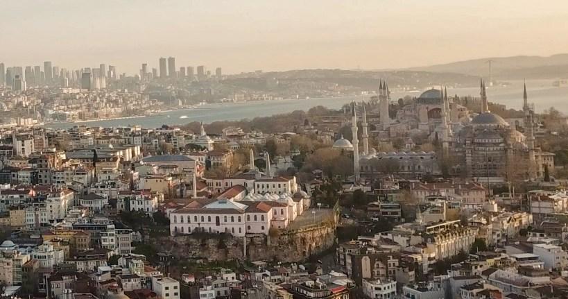 En primer plano se ve los restos de la curva del Hipódromo llamada Esfendone donde hoy se asienta el edificio blanco que pertenece a la Marmara University. Despues se ven los diferentes obeliscos del Hipódromo que formaban la espina central. Hacia la derecha se ve la Mezquita Azul y detrás de esta la Basílica de Santa Sofía, Estambul (Turquía)