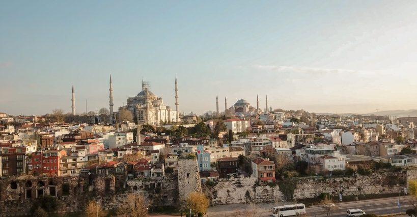 En primer plano restos del Gran Palacio de Constantinopla y arriba vemos la Mezquita Azul y detrás de esta la Basílica de Santa Sofía, Estambul (Turquía)