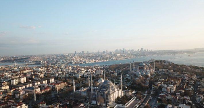 Foto que hicimos con nuestro drone donde vemos una vista aérea de la ciudad de Estambul, donde apreciamos la Mezquita Azul en primer plano frente a la Basílica de Santa Sofía en la zona de Sultanahmed, Estambul (Turquía)