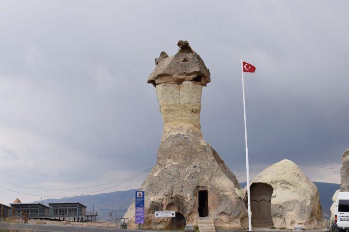 Pasabagi, edificio en una chimenea de hadas de la Jandarma (Policía). Sin duda, la comisaria de policía más curiosa del mundo, Capadocia (Turquía)