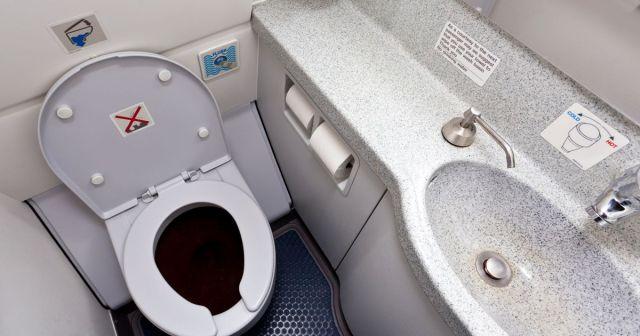 Cómo funciona el inodoro de un avión