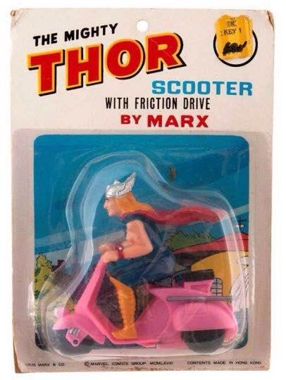Thor, dios del trueno y paradigma de los viajes interdimensionales ha encontrado su medio de locomoción ideal: la vespa de la Barbie!