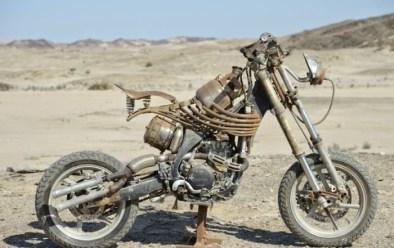Podría ser una Yamaha YZ de cilindrada desconocida. A destacar las costillas y la doble horquilla