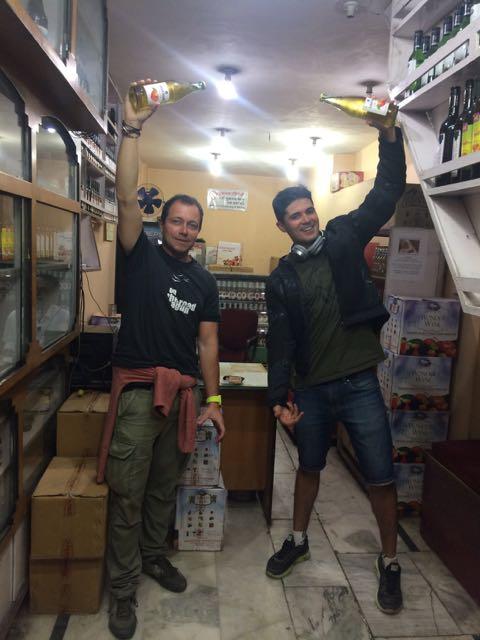 Josín y Alejandro con la sidra del país.