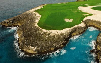 """Tom Fazion upeimpia työnäytteitä. Vuonna 2010 valmistunut merenrantakenttä, jonka greeneistä kuusi päättyy Karibiameren rantakallioille. Henkeäsalpaavan kaunis kenttä, joka on nopeasti noussut jokaisen """"must-play"""" kentäksi Karibialla. Isännöi PGA Tourin kisaviikonloppua maaliskuussa 2018."""
