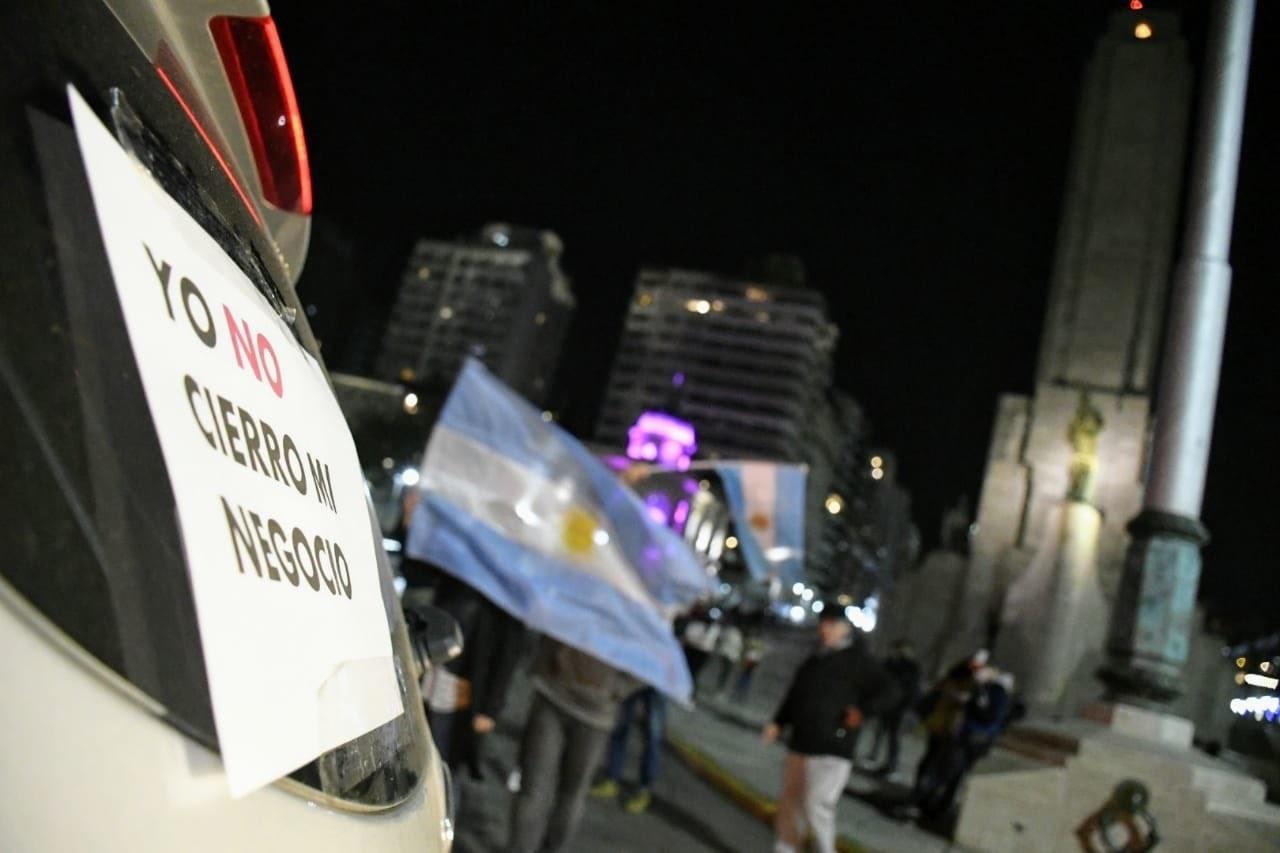 Ruidosa manifestación de rosarinos en rechazo a los cierres por la cuarentena