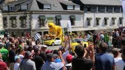 dcef95a94e2ace4398d98ef0cc809066-en-images-la-folie-de-la-caravane-du-tour-de-france-mur-de-bretagne