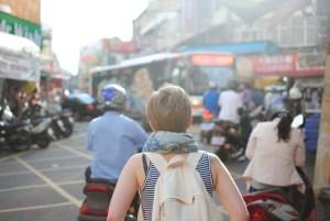 mujer caminando ciudad