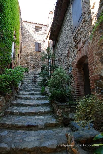 Carrer d'escales empedrat a Castellnou des Aspres
