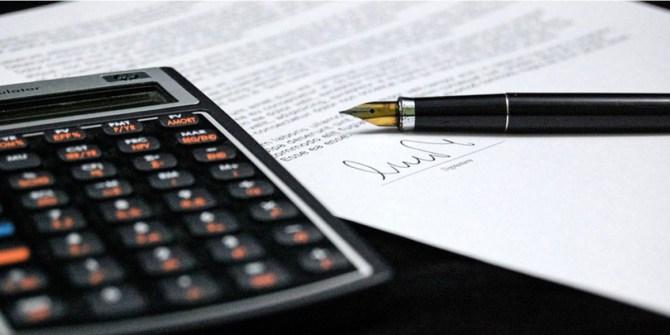 Factuur sturen rekenmachine en pen