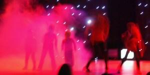 Sfeerbeeld van dansers op podium