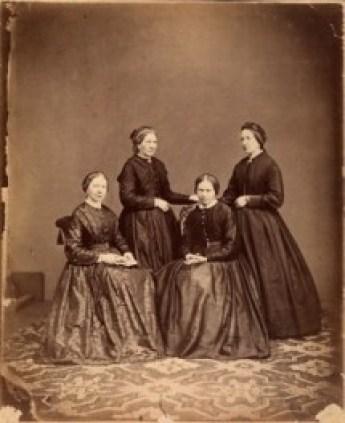 Vier zussen Batenburg; staand van links naar rechts: Leentje (MHC 1822-1905) Marianne (MAG 1826-1901) zittend vlnr: Truitje (Geertuida 1824-1888) Lizet (JE 1820-1876)