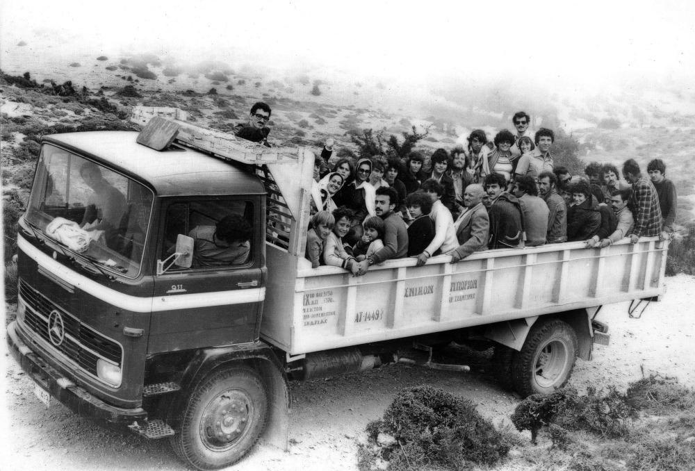 Σου θυμίζει κάτι; Αν έχεις πάει στην Ικαρία, θα έχεις σίγουρα στριμωχτεί σε οποιοδήποτε τροχοφόρο προκειμένου να φτάσεις στο πολυπόθητο πανηγύρι. Δεκαπεντάυγουστος του 1968 στο δρόμο για το πανηγύρι της Λαγκάδας.