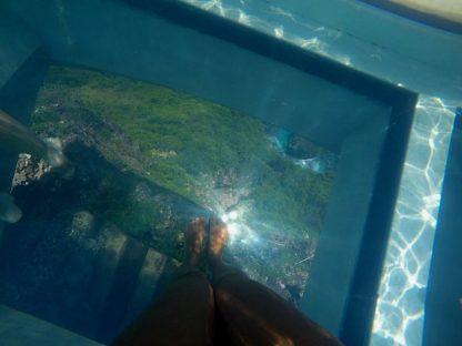 O fundo de vidro e o mar láaaa embaixo