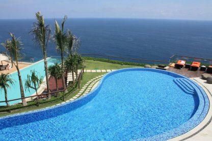 piscina com fundo de vidro de Bali