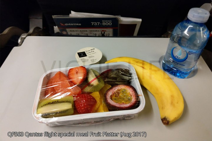 QF563 Qantas domestic flight fruit platter