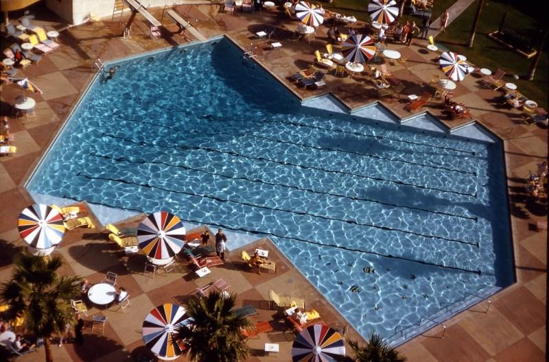 la-piscine-aux-parasols-c2a9-atelier-robert-doisneau