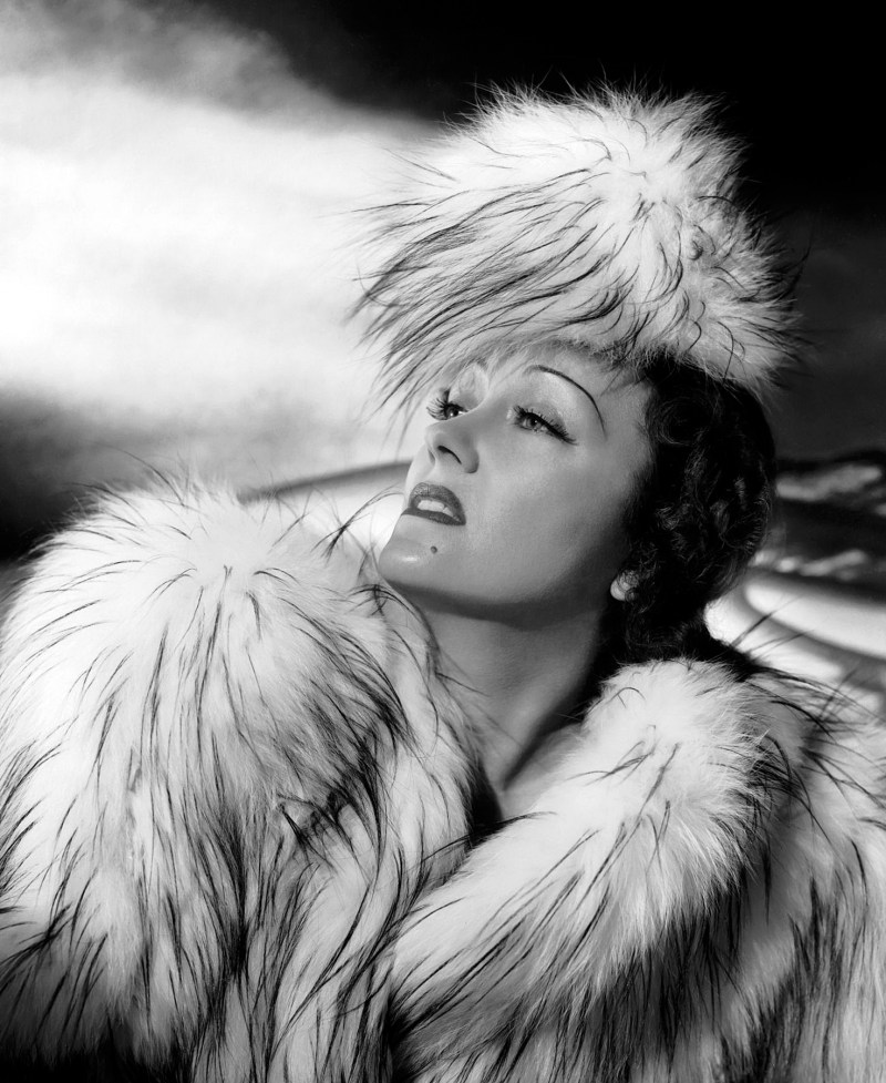 1941: American actress Gloria Swanson (1899 - 1983) plays glamorous film star Leslie Collier in 'Father Takes a Wife', directed by Jack Hively. (Photo by Ernest Bachrach)