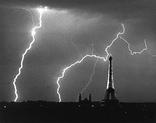 Eclairs Sur Paris Et La Tour Eiffel © André Kertész