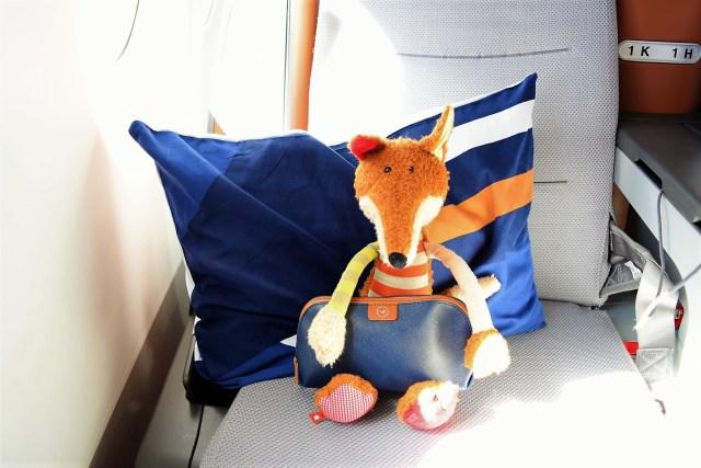 Sigi packt das Amenity Kit aus Lufthansa Business Class