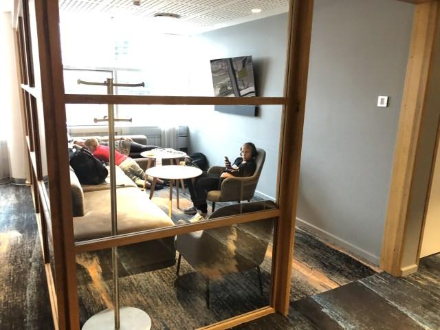 Kinderbereich in einem abgeschlossenen Glas-Zimmer  in der SAS Gold Lounge Flughafen Kopenhagen Kastrup