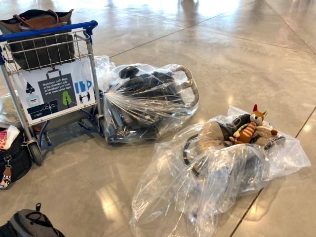Kinderwagen und Autositz verpackt und wird bis Los Angeles durchgechecked