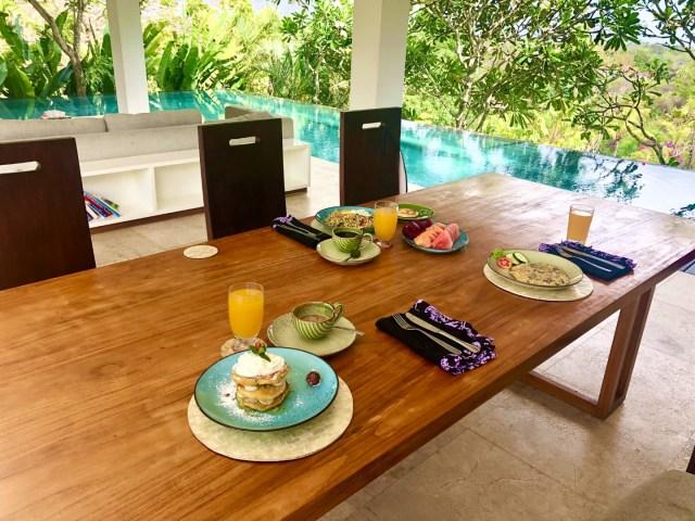 Frühstück in der eigenen AirBnB Villa, Bali