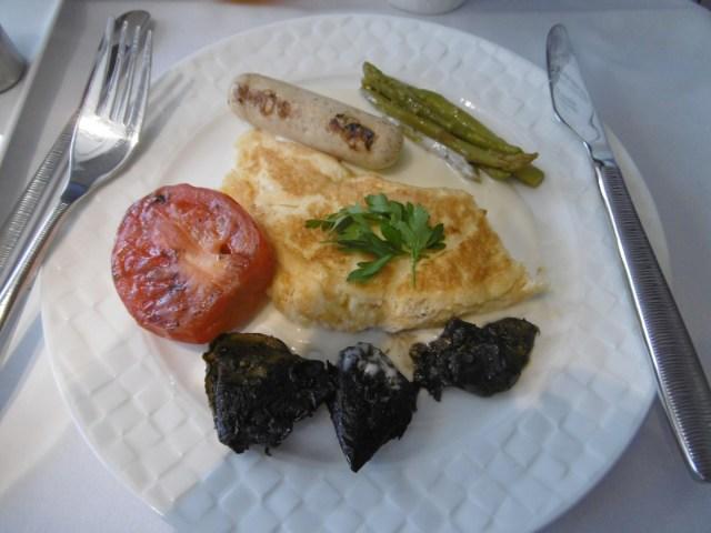 Omelette mit Würstchen und gebratenen Pilzen als deftige Frühstückalternative