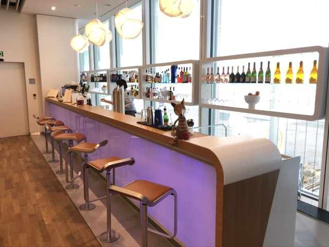 Lufthansa Senator Lounge Flughafen München - Schöne bar mit Blick auf das Rollfeld