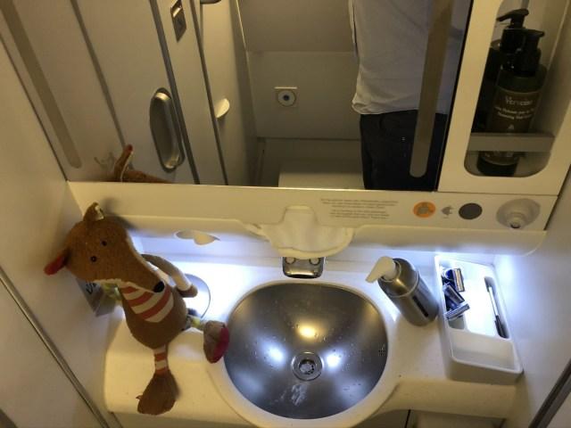 Kleiner Waschbereich in der Lufthansa Business Class im Airbus A380
