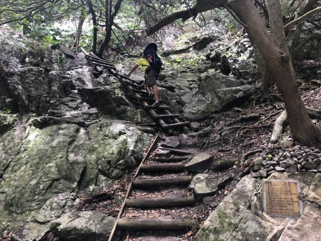 Steile Passagen werden über Leitern erklommen