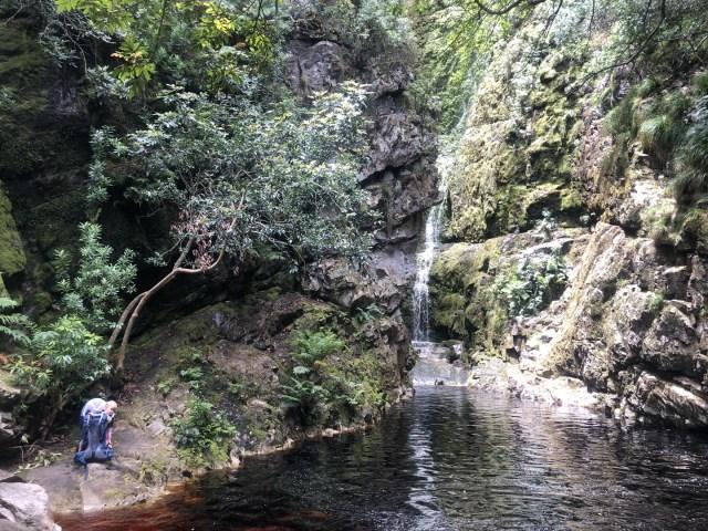 Wie im Paradies. Wasserfall mit Lagune versteckt im tropischen Wald