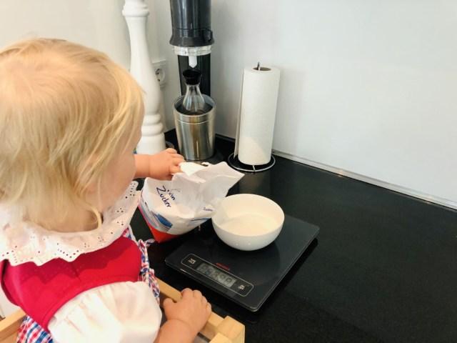 Butter und Zucker auf der digitalen Waage genau abwiegen