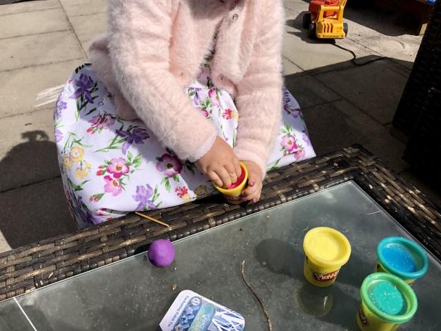 Einfach lässt sich die Play-Doh Knete herausnehmen
