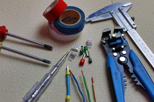 pince câble bricoler installation système sécurité