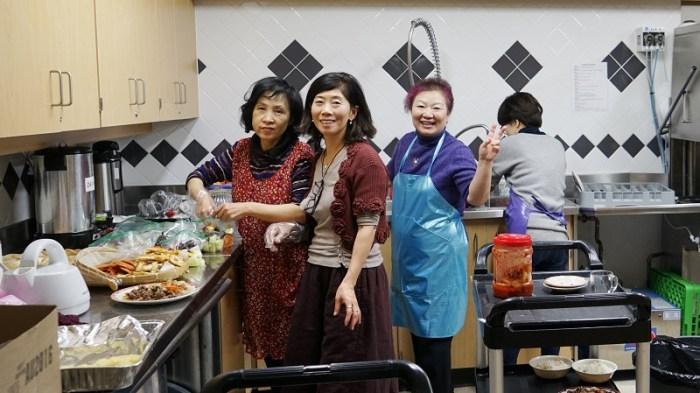 주방에서 음식 준비에 여념이 없는 한인회 여성 임원들.