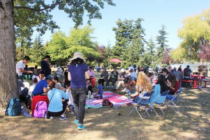 광복절 기념행사를 마친 참석자들이 모여 앉아 한인회가 준비한 점심식사를 하고 있다
