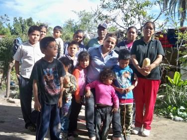 Esperanza Islas Vázquez visitando a familia Yaqui.