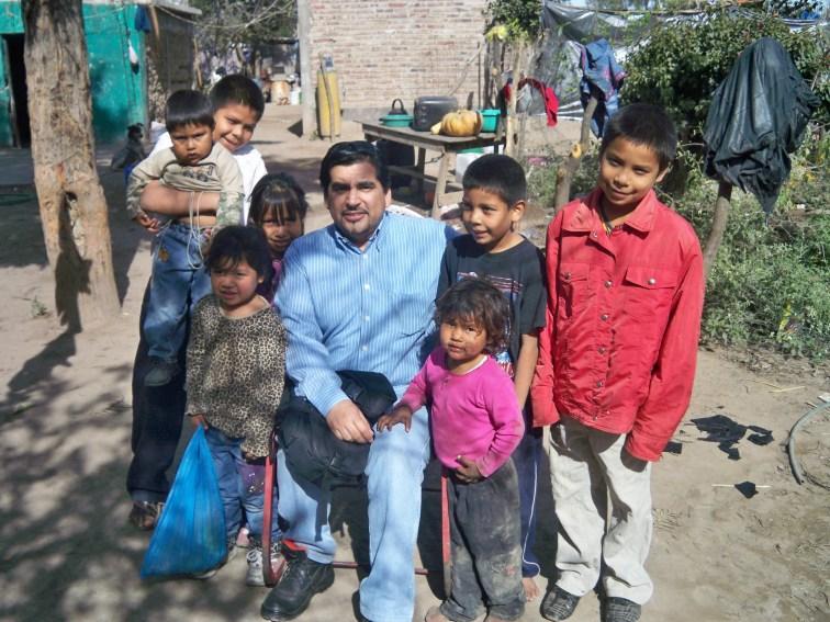 Víctor Flint Flores Hernández visitando a familia Yaqui.