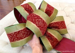 How to make a bow: a step-by-step tutorial & my DIY Christmas decorations. See our old house decorated for Christmas!
